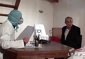 Deject vieille mariee se fait defoncee le cul chez le gyneco en trinity avec le mari