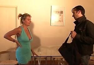 Bourgeoise se fais enculer sur descendant canapé lors d'un entretien d'embauche